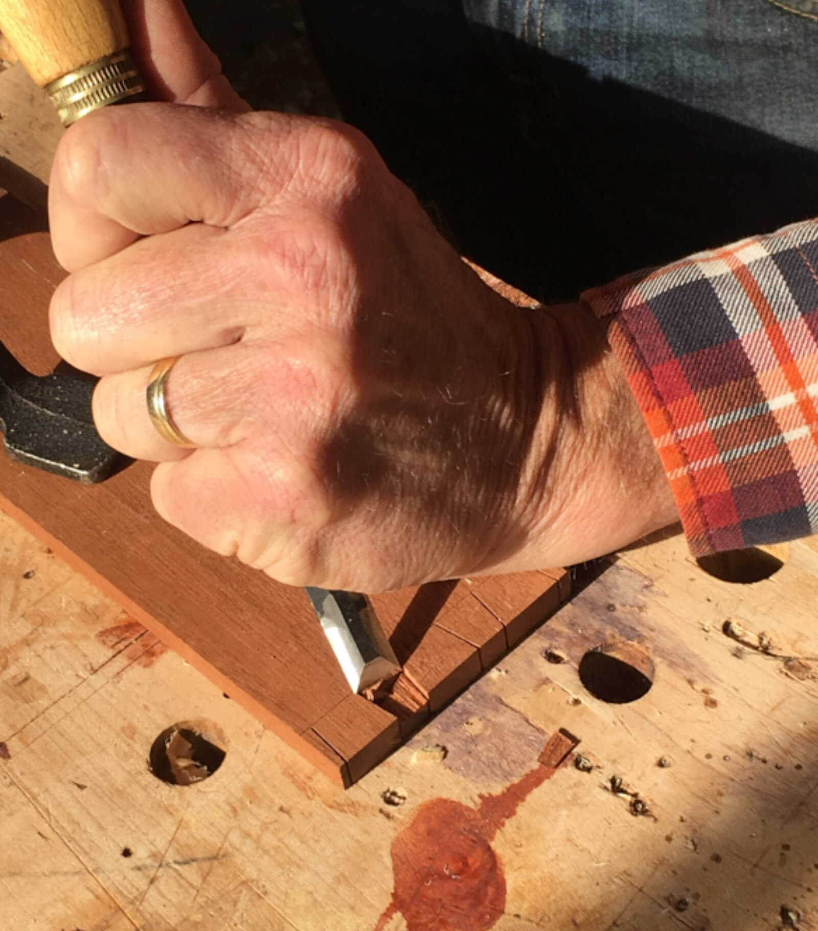 How to hold a dovetail chisel