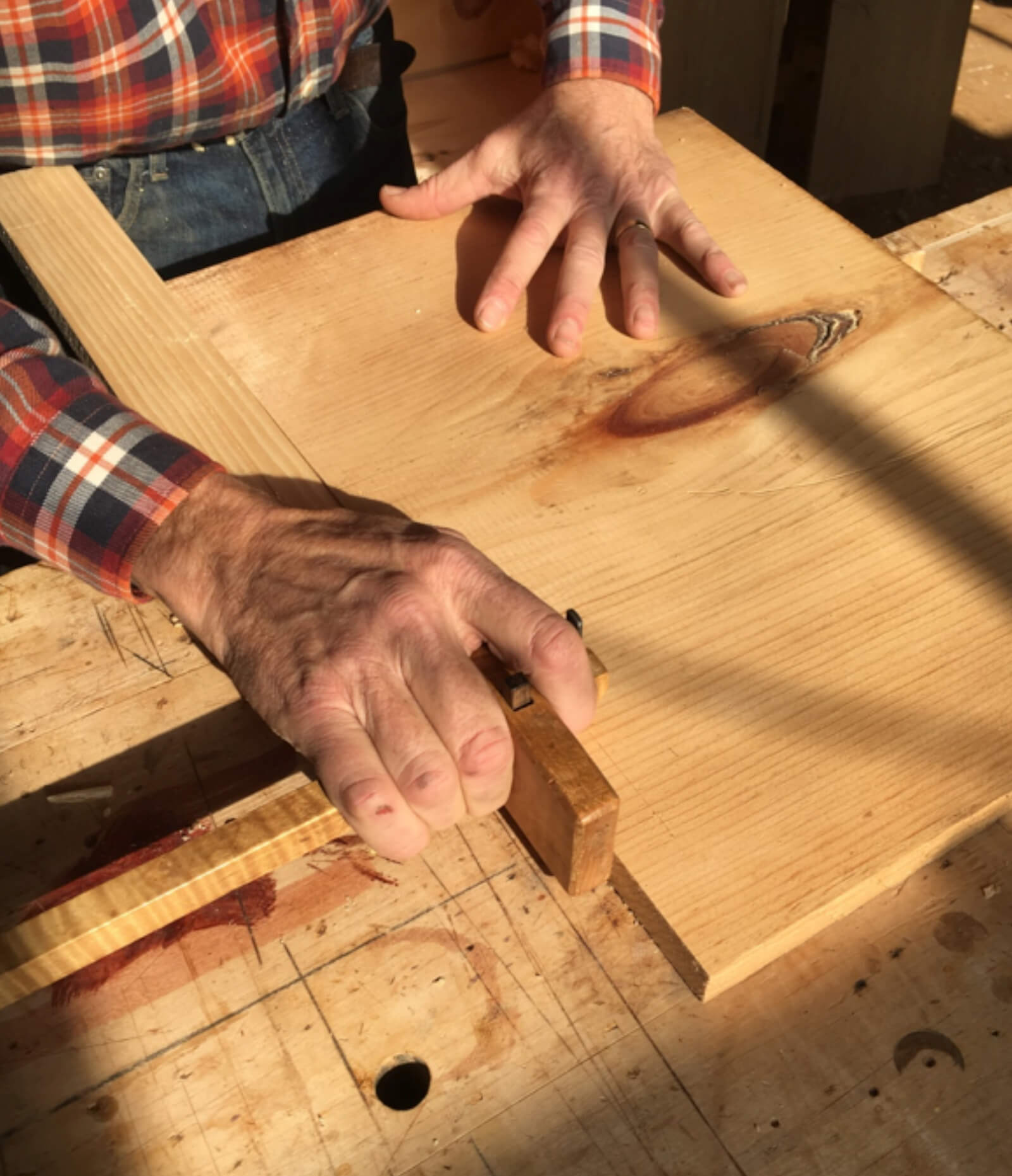 How to hold a marking gauge